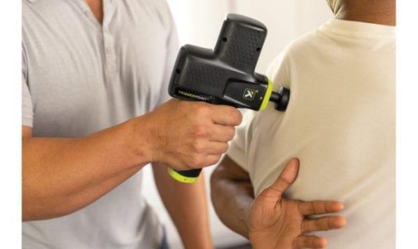 Hình Ảnh Minh Hoạ Cách Dùng Súng Massage TriggerPoint-vuacobap.com